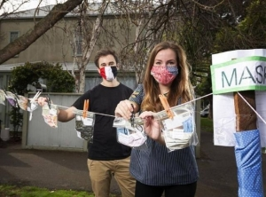 Melbourne couples give away free face masks